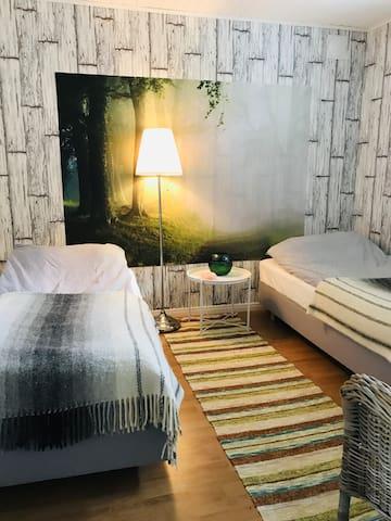 Skogsrummet med två enkelsängar.
