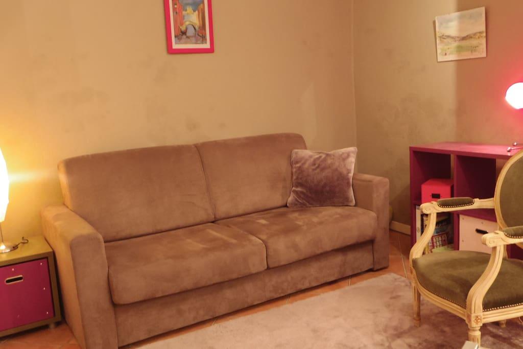 Espace salon avec canapé-lit de 140 cm