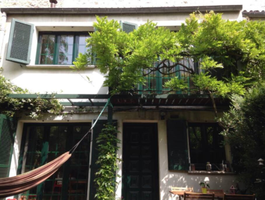 The house is hidden in a kind of private little street, far from the noise of the street, in the heart of a vibrant and lively neighborhood - 15 min from Le Marais by metro