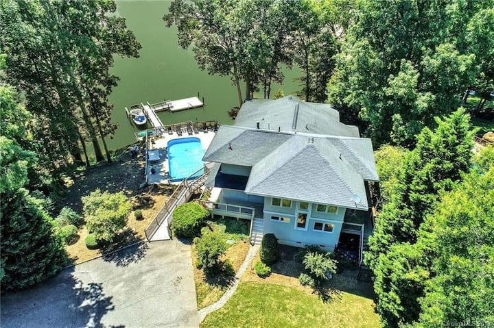 7 Bedroom Updated Lake House Close to Charlotte