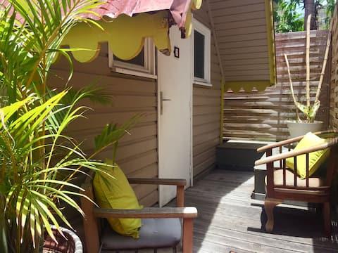 Homly hut in a green garden, Marigot (6)