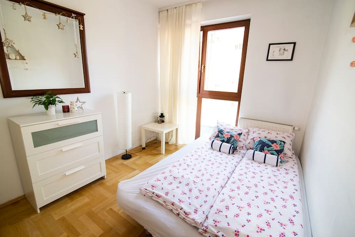 Sunny room, green terrace, 18 min walk to Old Town
