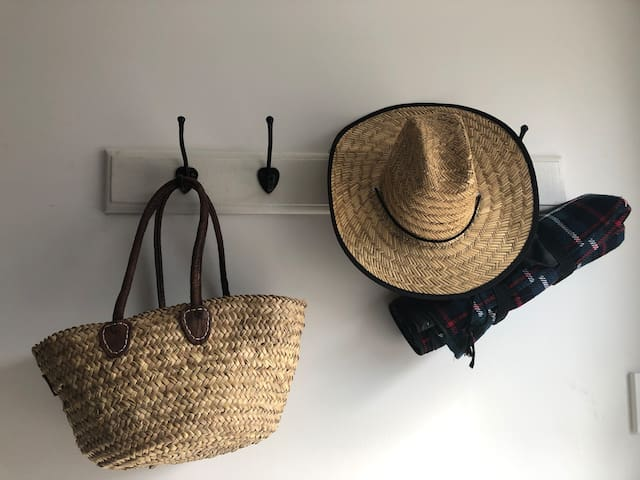 Simply hang up your bag and hat and relax. Beach towels and picnic basket available to use