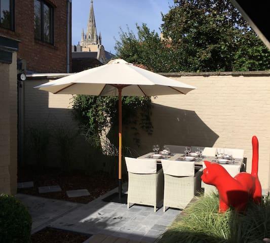 Aangenaam zonnig terras met eettafel voor 6 personen