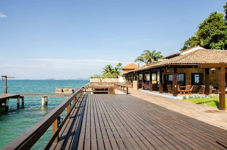 Casa a beira mar com deck em Angra dos Reis