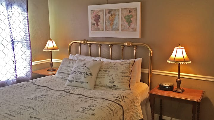 Queen Room w/ Free Wine Tasting and Breakfast a Short Walk to City Center