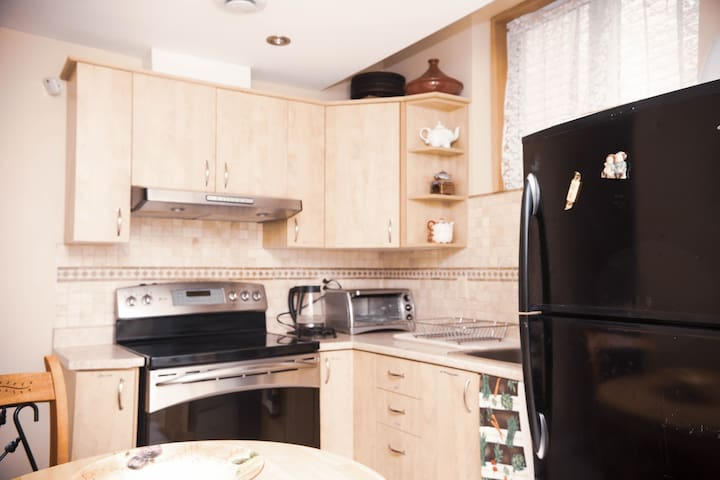 Room near dowtown + private entrance & kitchen