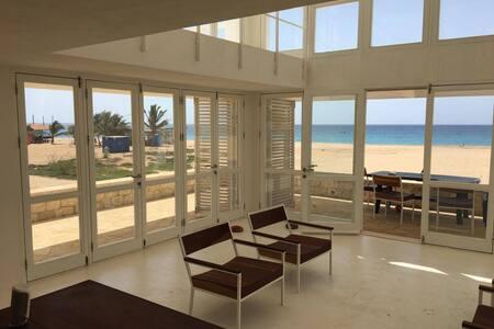 Maison d'architecte sur la plage de Vila de Maio