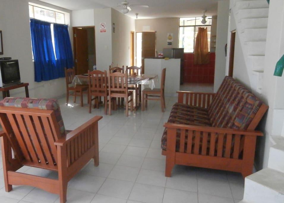 Living-dining room, kitchen on back. Sala-comedor y cocina, primer piso.