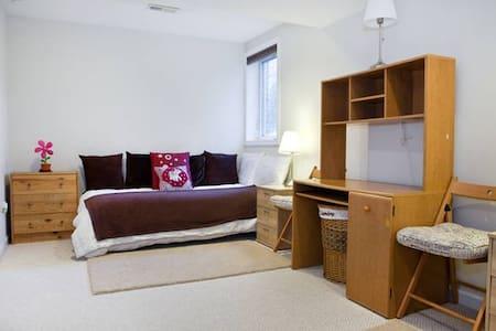 Cozy Single Bed #2 / Kensington MD - ケンジントン