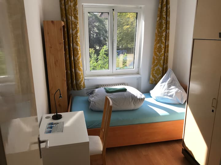 Small room in cozy shared house, near MUC center