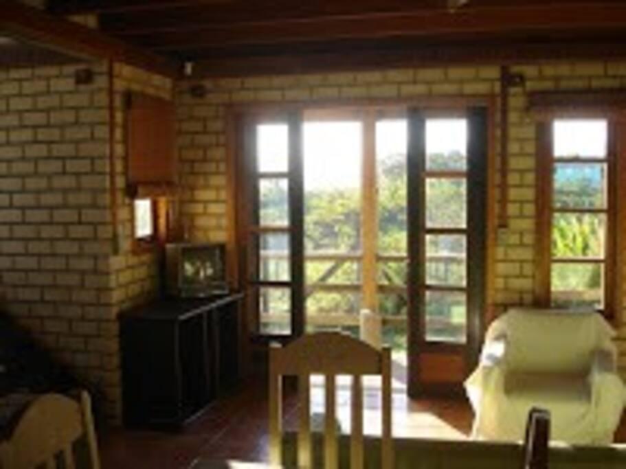 casa de 2 andares, living do andar inferior com varanda e vista para oeste.