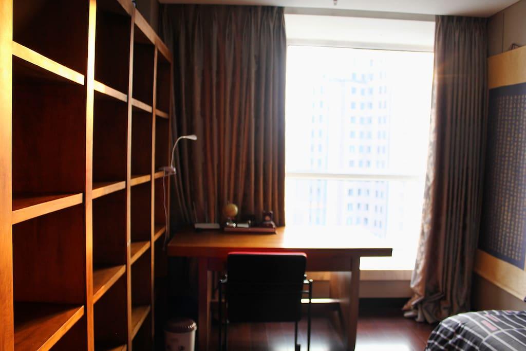 二楼卧室书桌及书架