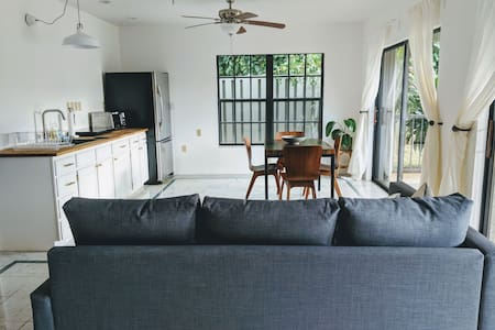 Modern Tropical Comfort - Heart of the North Shore