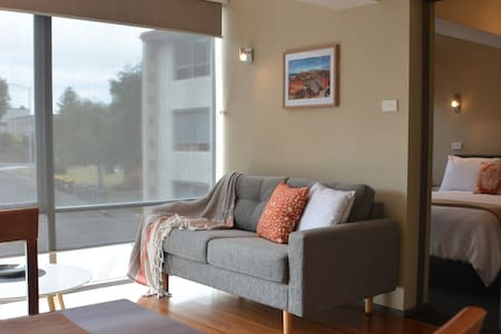 """Quarterdeck"" sunny 1-bed apt next to the river - Sandy Bay"