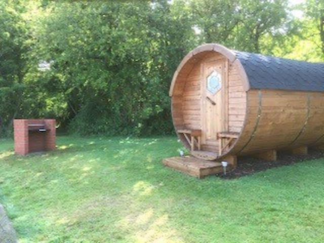 Barrel style camping pod - Ashill - Hütte