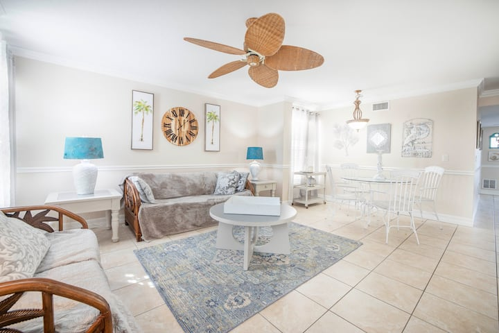 Pool, Beach, Oysters, Ice-Cream Drinks Shopping Live - The Village Breeze (two units) 4BR/4Bath