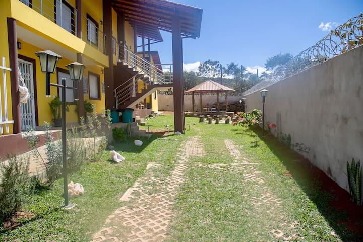 Jardim, estacionamento interno e fogueira / churrasqueira (fogo de chão), e Quiosque para redes, eventos e área de descanso