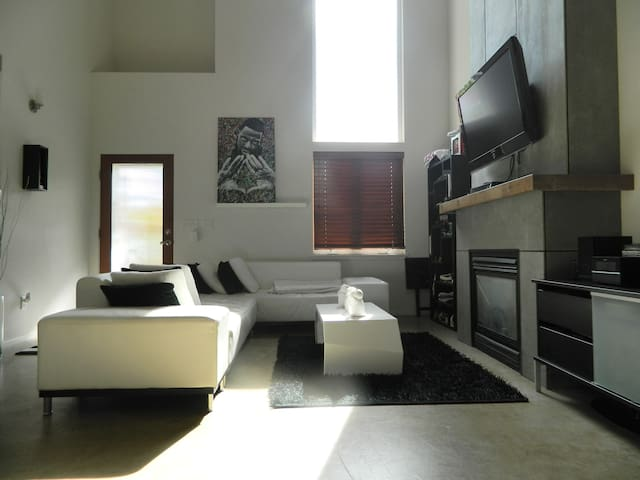 Modern Loft, Condo in NE Portland (30-day minimum)