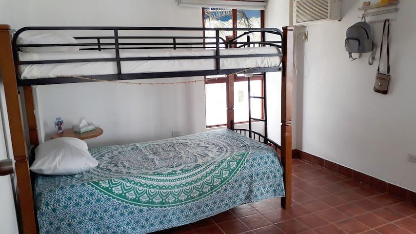 Dormitorio con camarote o litera de 1 plaza y escritorio