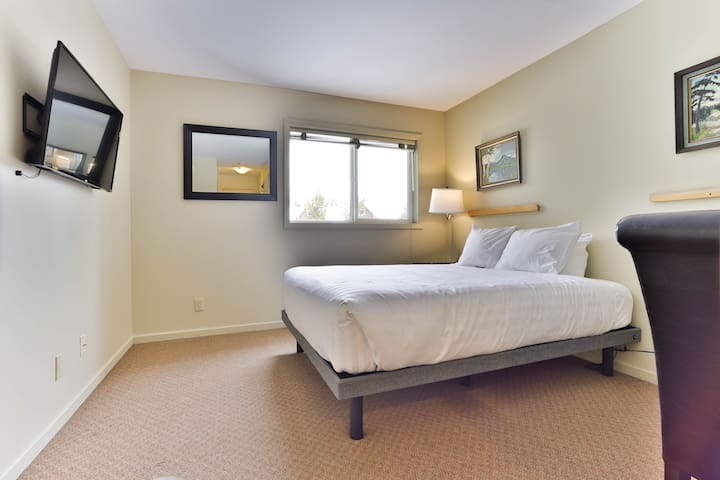 Timberline 312L · NEW Queen Bed and a bathroom on the ski hill