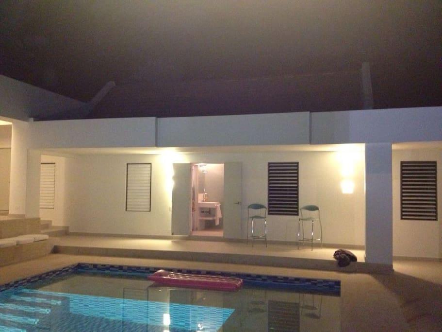 La entrada a las dos habitaciones centrales, con acceso directo a la piscina