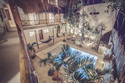 9 Beautiful Loft, WiFi, Pool, A/A