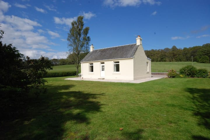 Lovely detached country cottage