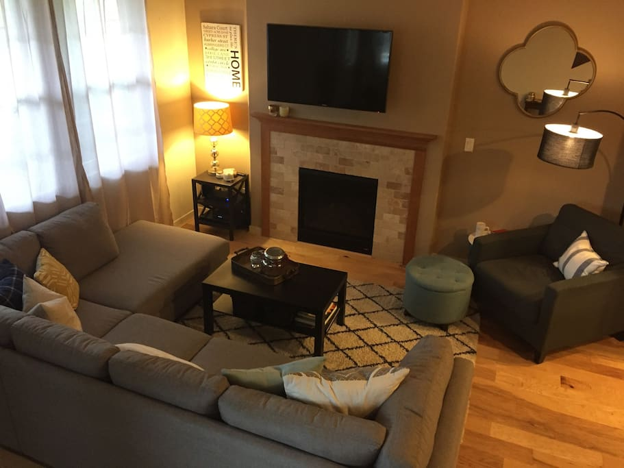 Living room (cable, smart tv, gas fireplace)
