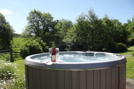 Fin Lodge with hot tub