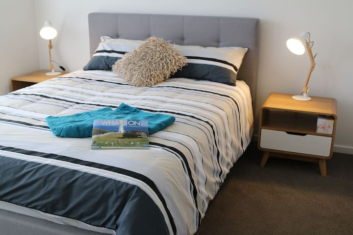 Private room with ensuite bathroom and wi-fi - Whittington - Huis