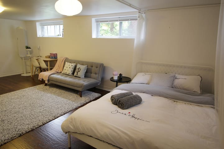 Spacious Midtown room, easy commute, free parking