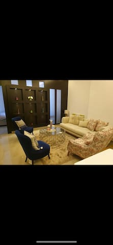 Flat in heart of Juffair direct access to highway