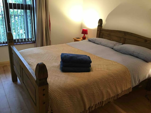 Refurbished apartment- free  parking - can sleep 4