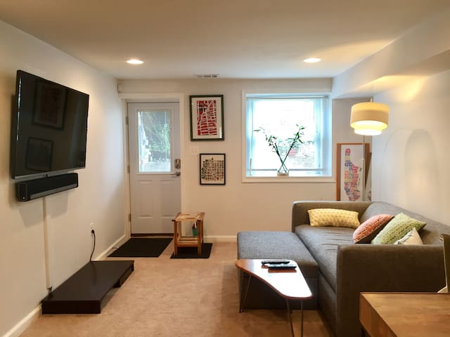 Cheery 1-bedroom English Basement - Washington - Casa