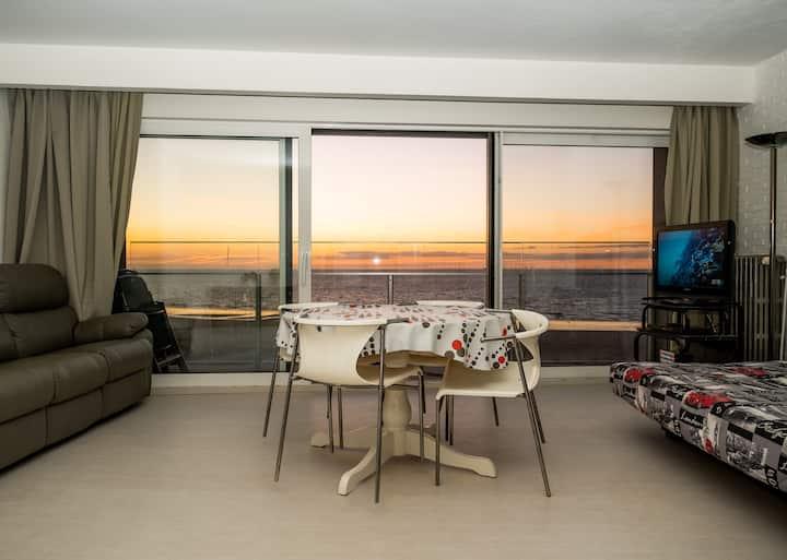 Strakke studio met zicht op zee, nabij het Casino