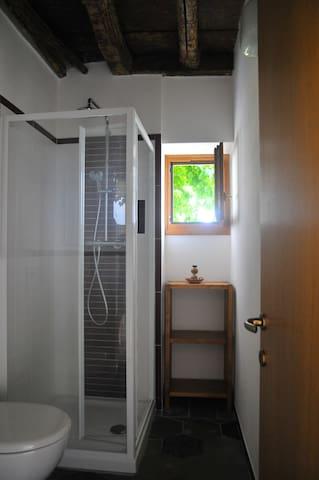 Particolare della finestra del bagno