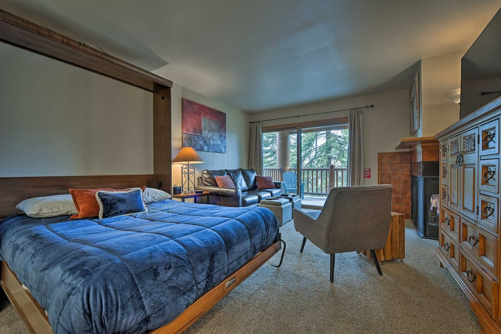 Located by the base and downtown, this vacation rental for 4 is an ideal escape.