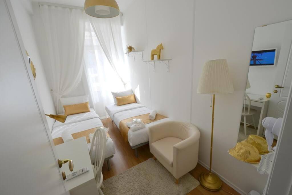 Двухместный отдельный номер с двумя односпальными кроватями и балконом