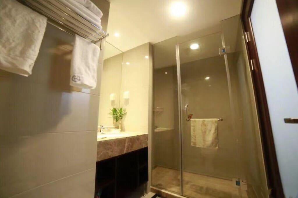 精致光洁的卫生间充满着主人洁净的心思!芳香气味更新您对卫生间的影响!用自己最谦卑的双手换来您身心的满意!