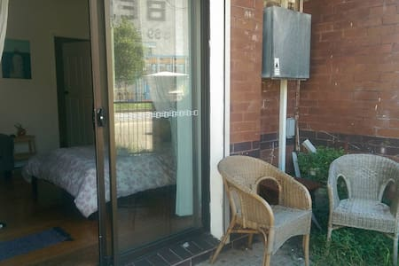 Private Entrance Close to Shops and Transport - Petersham - Appartement