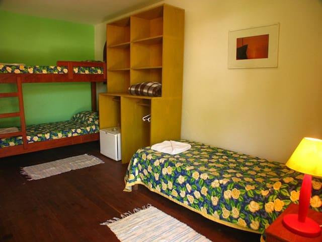 quarto para três solteiros