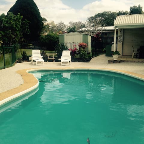 Room in in leafy Buderim Village - バダリム - 一軒家