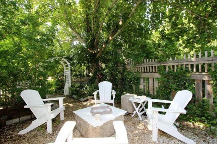 #808: Beautifully decorated antique in a fantastic location! Dog friendly!