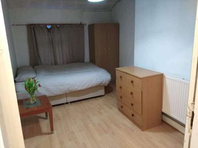 3 bed apart for 6, less than 5 mins from railway