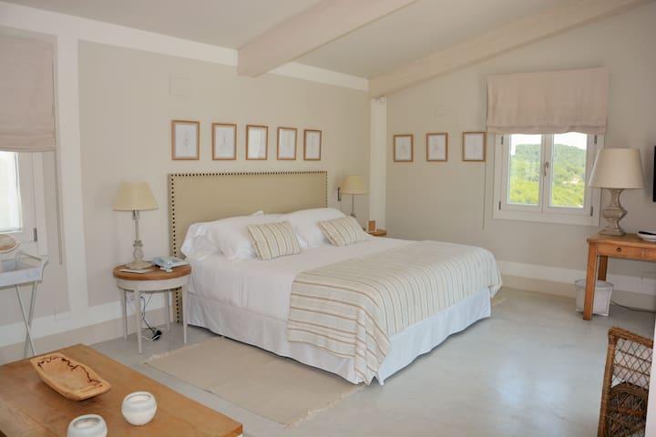 Suite Principal 1 con Terraza privada. Planta 1. One of our Sitges Villas. Weekly Villas.