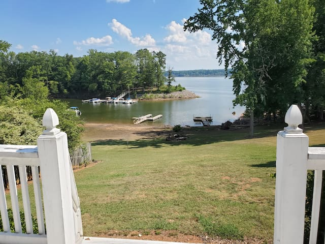 Lakefront Cottage w/ great view and dock