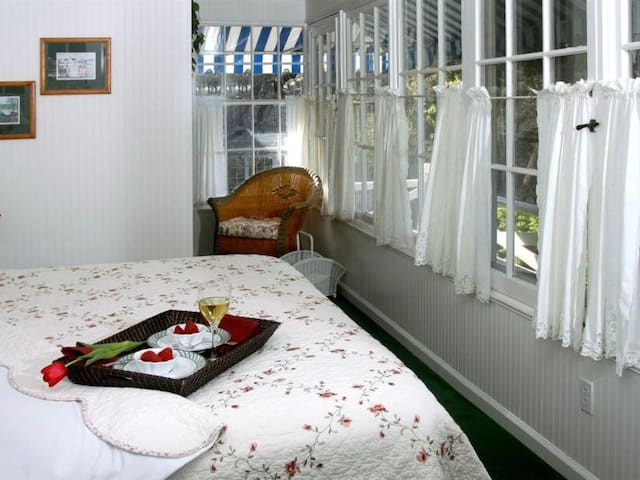 With its own private balcony, overlooking the gardens, the Sunroom is light and airy.