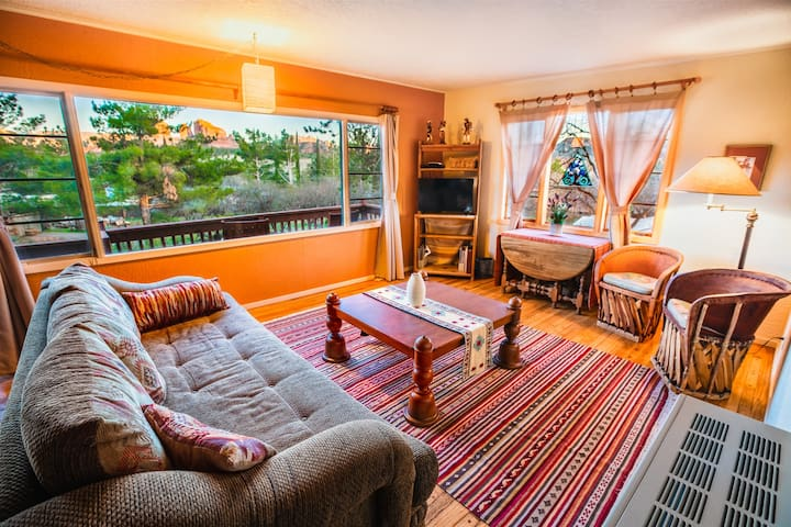 Amigos Suite of Cathedral Rock Lodge - A Rustic Charmer With Picture Window View of Cathedral Rock! Private Access to Oak Creek