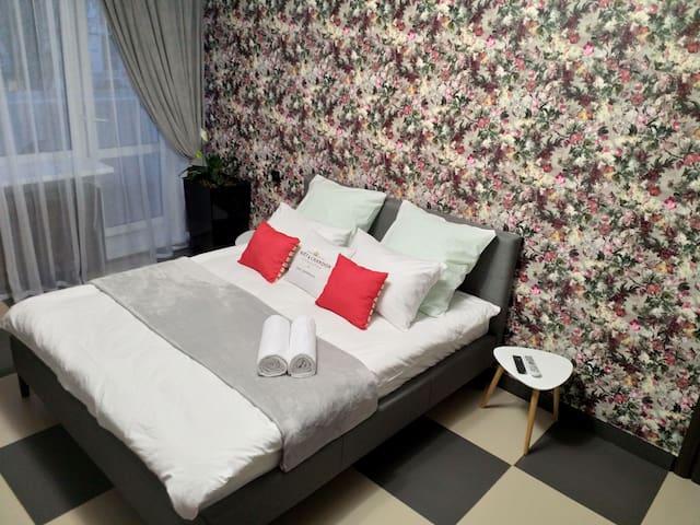 Кровать размера King Size.
